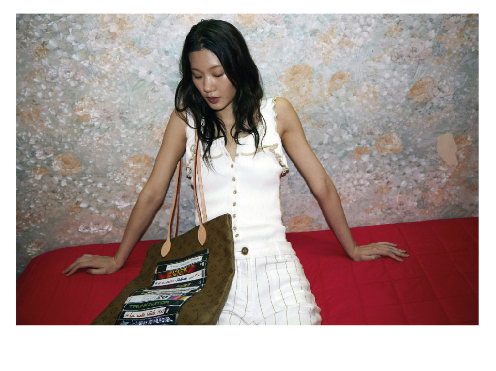 Namyoon porte un  top Koché ; denim Chanel ; Sac Louis Vuitton
