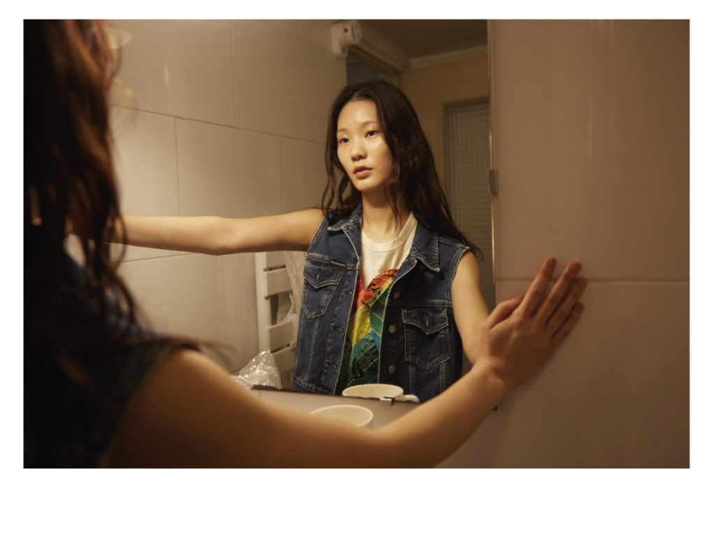 Namyoon porte un blouson Calvin Klein ; débardeur ; Ami Paris ; coeur en soie Hermès