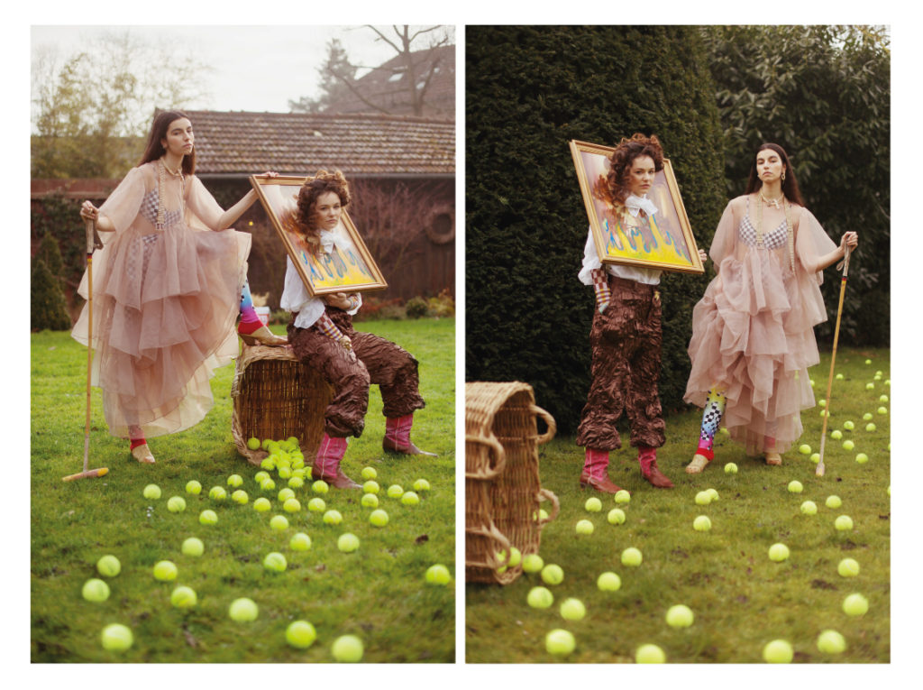 A gauche ; Perle porte une robe Kimhekim et combinaison vintage Jaded London ; India porte un top Julia Heuer ; top A Cheval Pampa ; pantalon AWS.