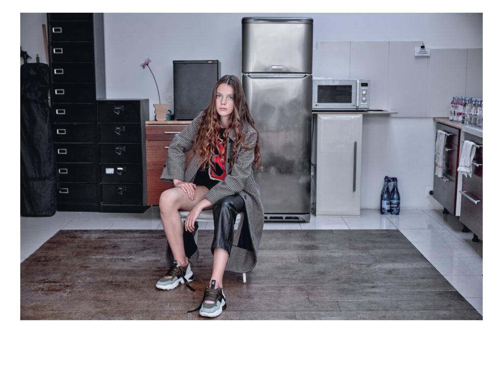 Alana porte un manteau Comptoir des Cotonniers, un pull Barrie, un pantalon cuir Untitled 19 basket Hogan