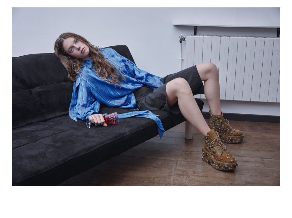 Alana porte une blouse Boutet, bermuda Comptoir des Cotonniers et chaussures Rochas