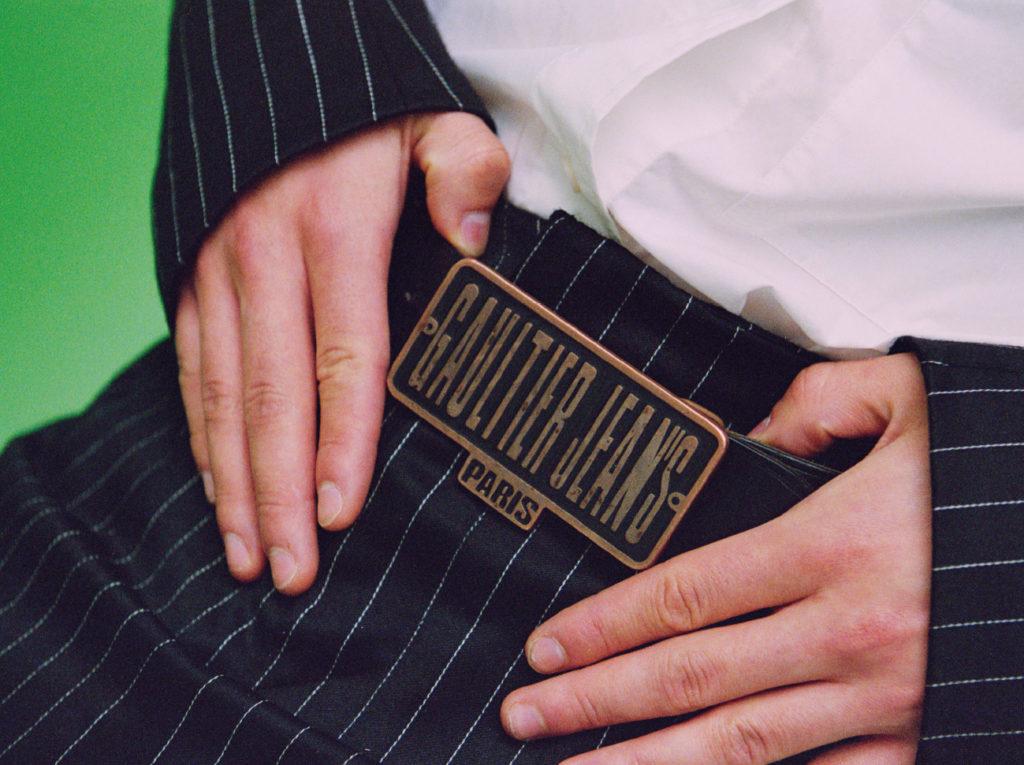 A gauche Lorenzo porte un tailleur trois pièces rayé Arturo Obegero, une chemise blanche Cos et ceinture Jean paul Gaultier.1nstant editorial.
