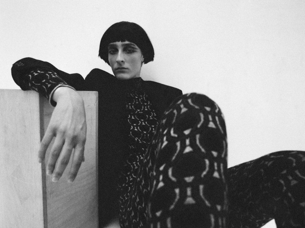 Manon porte un total look Prada. 1nstant editorial